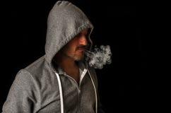 El fumar del hombre Imagenes de archivo