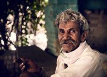 El fumar del viejo aldeano indio Imagenes de archivo