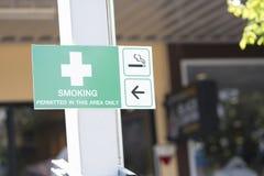 El fumar permitido en esta área solamente imagenes de archivo