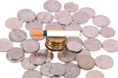 El fumar y dinero fotos de archivo