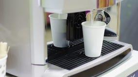 El funcionamiento automático de la máquina del café y produce almacen de metraje de vídeo
