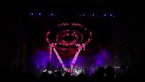 El funcionamiento de la banda de rock INCORPORA SHIKARI en el aire abierto almacen de video