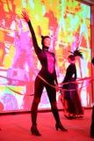 El funcionamiento de la etapa del restaurante exclusivo los bailarines del palacio de verano baila la demostración del estilo del imagenes de archivo