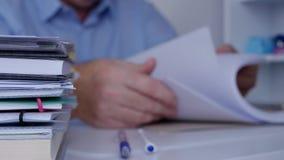 El funcionamiento de la imagen del hombre de negocios en oficina hojea las páginas del registro de la contabilidad metrajes