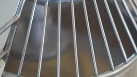 El funcionamiento de la licuadora en la cocina en el cierre moderno del restaurante para arriba Trabajo de la maquinaria en la pr metrajes