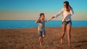 El funcionamiento de la mamá y del hijo por el mar por la mano metrajes