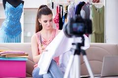 El funcionamiento de la mujer joven como vlogger del blogger de la moda Foto de archivo