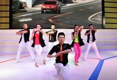 El funcionamiento de los bailarines en el salón del automóvil de Chengdu Fotografía de archivo libre de regalías