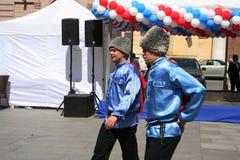 El funcionamiento de los músicos y de los bailarines del conjunto cosaco ruso nacional Foto de archivo