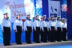 El funcionamiento de los soldados rusos, de los bailarines de la canción y del conjunto de la danza del distrito militar de Lenin Fotos de archivo