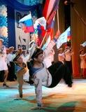El funcionamiento de los soldados y marineros rusos, bailarines de la canción y conjunto de la danza del distrito militar de Leni Imagenes de archivo