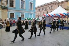 El funcionamiento de los solista-bailarines del conjunto Imamat (Daguestán solar) con danzas tradicionales del Cáucaso del norte Imagen de archivo libre de regalías