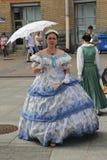 El funcionamiento de promotores y de bailarines del conjunto de personaje histórico Viva del traje y de la danza Foto de archivo