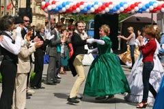 El funcionamiento de promotores y de bailarines del conjunto de personaje histórico Viva del traje y de la danza Imágenes de archivo libres de regalías