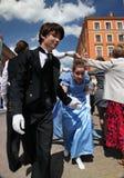 El funcionamiento de promotores y de bailarines del conjunto de personaje histórico Viva del traje y de la danza Fotos de archivo