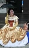 El funcionamiento de promotores y de bailarines del conjunto de traje histórico y de danza Fotografía de archivo libre de regalías