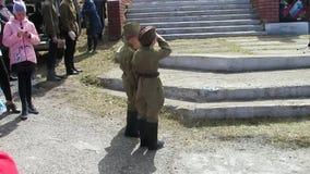 El funcionamiento de teatro de estudiantes en la celebración de Victory Day encendido puede 9 Los muchachos se están preparando p almacen de metraje de vídeo