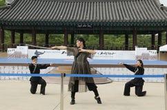 El funcionamiento del arte marcial y el evento coreanos tradicionales de la experiencia muestran fotos de archivo libres de regalías