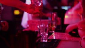El funcionamiento del camarero, vertiendo, alcohol de servicio bebe para barrar a huéspedes almacen de video