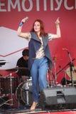 El funcionamiento del cantante popular Anna Malysheva y la banda de estallido acuñan Imagenes de archivo