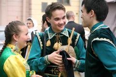 El funcionamiento del conjunto nacional bashkir Yandek (Bashkortostan) de los músicos y de los bailarines Imagenes de archivo
