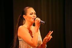 El funcionamiento en la actriz de etapa y el cantante de la diva clásica rusa Larisa Lusta de la cruce Imagenes de archivo