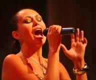 El funcionamiento en la actriz de etapa y el cantante de la diva clásica rusa Larisa Lusta de la cruce Foto de archivo libre de regalías