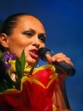 El funcionamiento en la actriz de etapa y el cantante de la diva clásica rusa Larisa Lusta de la cruce Imagen de archivo