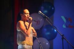 El funcionamiento en la actriz de etapa y el cantante de la diva clásica rusa Larisa Lusta de la cruce Imágenes de archivo libres de regalías