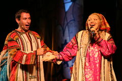 El funcionamiento en la etapa de actores, de solistas, de cantantes y de bailarines de la canción del ruso del teatro nacional Imagenes de archivo