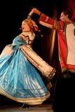 El funcionamiento en la etapa de actores, de solistas, de cantantes y de bailarines de la canción del ruso del teatro nacional Imágenes de archivo libres de regalías