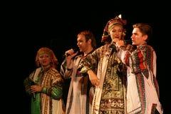 El funcionamiento en la etapa de actores, de solistas, de cantantes y de bailarines de la canción del ruso del teatro nacional Imagen de archivo libre de regalías