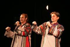 El funcionamiento en la etapa de actores, de solistas, de cantantes y de bailarines de la canción del ruso del teatro nacional Fotos de archivo