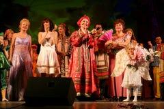 El funcionamiento en la etapa de actores, de solistas, de cantantes y de bailarines de la canción del ruso del teatro nacional Foto de archivo