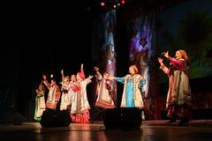 El funcionamiento en la etapa de actores, de solistas, de cantantes y de bailarines de la canción del ruso del teatro nacional Foto de archivo libre de regalías