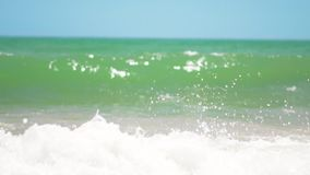 El funcionamiento feliz joven de la mujer en el mar con la porci?n de salpica y salto sobre la onda de fractura almacen de metraje de vídeo