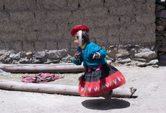 El funcionamiento peruano de la muchacha se vistió en equipo hecho a mano colorido Foto de archivo