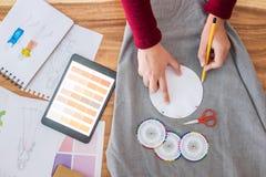 El funcionamiento profesional del diseñador de moda del dibujo bosqueja el projec fotos de archivo