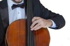 El funcionamiento a solas del jugador profesional del violoncelo de la música clásica, manos se cierra para arriba imagen de archivo libre de regalías