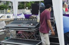 El funcionamiento tailandés del trabajador prepara audio con vídeo y el enchufe de los conectores Imagenes de archivo