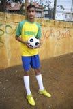 El futbolista brasileño joven celebra el balón de fútbol Imagen de archivo