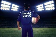 El futbolista celebra la bola con una bandera de Francia Imagen de archivo