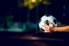El futbolista para ejercitar concepto del fútbol y allí es una copia fotografía de archivo