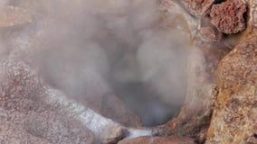 El géiser subterráneo muestra el agua hirvienda y el hierro oxidated almacen de video