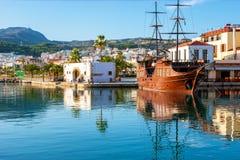 El galeón turístico en Rethymno imagenes de archivo