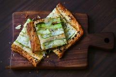El galette del calabacín cortó en los cuadrados, pasteles sabrosos del aperitivo crujiente imagen de archivo libre de regalías