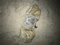 El gancho agarrador del fantasma intenta ocultar en la arena imagen de archivo libre de regalías