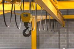 El gancho de la grúa amarilla Foto de archivo libre de regalías