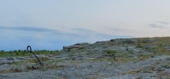 El gancho redondo anclado en la roca para los escaladores remienda la cuerda en el top del acantilado Shakhty, región de Rostov,  foto de archivo libre de regalías