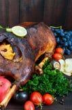 El ganso coció en el horno con las manzanas y las uvas Ganso de la Navidad en un fondo de madera Fotografía de archivo libre de regalías